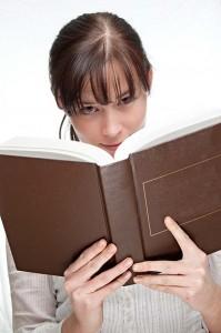 Fernstudentin liest Buch.