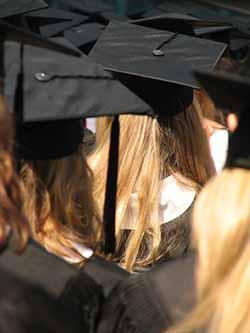Studenten eines Informatik Fernstudiums beim Abschluss.